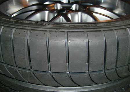 Nanostrukturiertes Siliziumdioxid dient neben Carbon Black in neuen Rollwiderstand-minimierten Reifen als Füllstoff. © B.Mathes, Dechema.