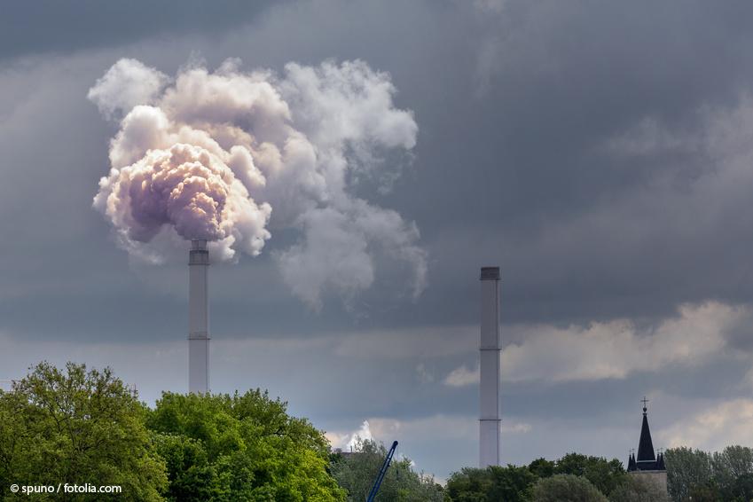 Rauchender Schornstein als Beispiel für die mögliche Freisetzung von Fullerenen bei Verbrennungsprozessen